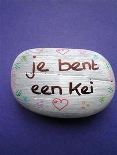 Je bent een kei. Beschilder voor Vaderdag een mooie steen met een lieve tekst. Leuk voor op zijn bureau / werktafel. Budget knutselen, tip van Speelgoedbank Amsterdam voor kinderen en ouders.