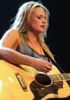 Blake Shelton, Miranda Lambert Reunite After Divorce? Singers Headline 2015 WE Fest - http://imkpop.com/blake-shelton-miranda-lambert-reunite-after-divorce-singers-headline-2015-we-fest/