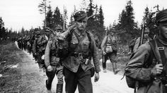 Kuva: Hyökkäysvaihe. Suomalaisia sotilaita Raatteen tiellä matkalla rajalle. SA-kuva.