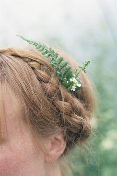 A fern hairpiece. Source: thenaturalweddingcompany.co.uk #fern #hairpiece #bridalhair