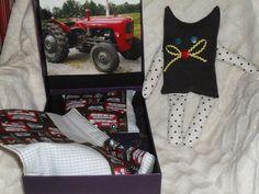 Kissapehmolelu ja laatikosta tehty sänky ja petivaatteet traktoripojalle.
