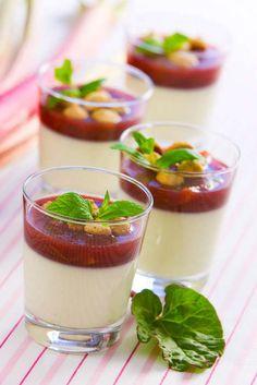 Pannacotta är en fantastiskt god dessert som passar perfekt både till middagsbjudningen och fest. Toppa din pannacotta med rabarber, blåbär eller hallon.