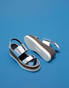 Pala cuña metalizada con brillo. Descubre ésta y muchas otras prendas en Bershka con nuevos productos cada semana