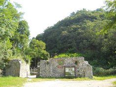 Eccoci arrivati al Forte di Monte Ercole; ci aspetta una visita super interessante! Info: http://www.itinerarigrandeguerra.it/Forte-Di-Monte-Ercole