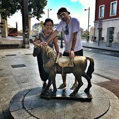 En Zaragoza visitando el Caballito de la Lonja. Nos ha encantado la ciudad además con una guía genial nuestra hermana @djladyfunk!  #zaragoza @caballitolonja #caballitolonja #aragon #nacidosdelatierra