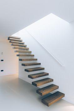 De wallclimber wood brengt een warm accent in je woning en is verkrijgbaar in verschillende houtsoorten zoals eik, wengé, teak of notelaar. Zo kan je van jouw interieur en designtrap één harmonieus geheel maken.