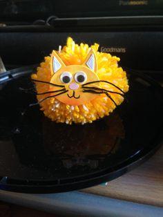 Pom Pom cat Pom Pom Animals, Cats, Desserts, Food, Feltro, Tejido, Tailgate Desserts, Gatos, Deserts