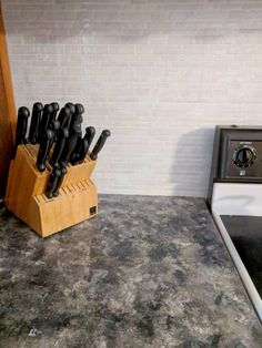 How to Paint Your Countertops Like Granite • Mama and More Painting Kitchen Countertops, Diy Countertops, Kitchen Flooring, Kitchen Counters, Diy Sponges, Adhesive Backsplash, Norwex Cleaning, Sponge Painting, Love Your Home