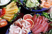 Lunchbuffet met visschotel uit eigen kombuis aan boord van www.zuiderzee.eu