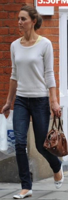 Even when she's dressed casually she looks so classy.love her style!The Duchess of Cambridge Lady Diana, Style Kate Middleton, Duchesse Kate, Traje Casual, The Duchess, T Shirt Branca, Princesa Kate Middleton, Kate And Pippa, Prinz William