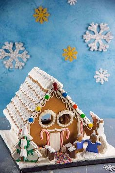 Gingerbread House - Get the perfect gingerbread dough recipe to make this adorable gingerbread house or your favorite cutout Christmas cookies! You can get your hands on this easy, printable gingerbread house template too. Gingerbread House Candy, Gingerbread Icing, Gingerbread House Patterns, Gingerbread House Template Printable, Cake Templates, Dough Recipe, Cookie Decorating, Christmas Cookies, Hands