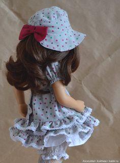 Комплект состоит из; -платья -шляпки, они сшиты из американского хлопка украшены хлопковым кружевом и бантами. -нижней юбки -панталончиков -гольфов Балетки / 2 900р