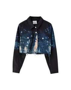 Tie-dye long sleeve cropped jacket with a Kent collar, front button fastening and pockets. Tie Dye Jeans, Tie Dye Shirts, Denim Mantel, Tie Dye Jackets, Denim Ideas, Couture Mode, Pull N Bear, Tie Dye Long Sleeve, Denim Coat