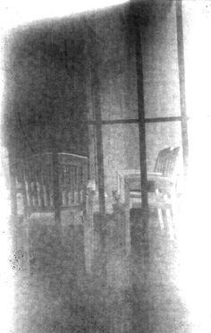 Galería en sombras. #puertasyventanas Tomada con cámara estenopeica de madera. Tiro 150mm. Estenopo 0.4 mm. Negativo de papel.