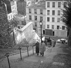 Fußgänger steigen Treppen auf dem Montmartre in Paris, 1967 Juergen/Timeline Images #60s #1960s #60er #StreetPhotography #Straßenfotografie #Frankreich #Treppe #Stufen #Stairs