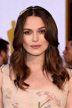 Für ein eckiges Gesicht sind Locken oder Fransen, die leicht das Gesicht umspielen, bestens geeignet, wie hier bei Keira Knightley.