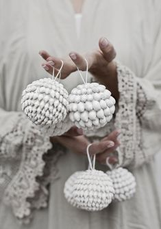 25 awesome boho chic Christmas decor ideas that you can make yourself. Ornaments, wreaths, garlands and more in this full resource post Bohemian Christmas, Beach Christmas, Natural Christmas, Noel Christmas, Simple Christmas, Winter Christmas, Christmas Balls, Christmas Ideas, White Christmas Ornaments