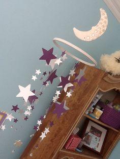 Un mobile d'étoiles pour la chambre de ma grande. Une lune en argile, un cerceau de broderie, des étoiles en carton et des perles d'un collier à 1$ ! Le tout assemblé avec du fil de pêche.