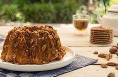 Bak de cake eens in een tulbandvorm. Deze hebben we gemaakt met stroopwafelcake, zelfgemaakte karamelsaus en een handje pecannoten.