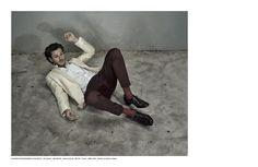 Gaspard Ulliel porte une veste De Fursac en laine ivoire col châle pour le magazine Numéro Homme Chine.