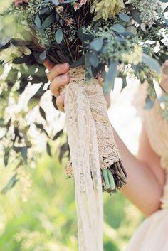 Não é de admirar que as noivas amam a renda! É tão elegante e refinada e é adequada para qualquer estilo e qualquer material, até mesmo a combinação doefeito rústico-chique. É perfeito para dar um…