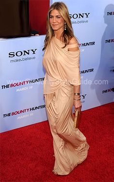 How beautiful is Jen Aniston's Donna Karan dress? It actually looks comfortable!