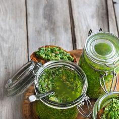 Pesto maison au basilic—Un pesto de base, très pratique à avoir sous la main pour les soirs pressés. Voir la recette Sauce Pesto, Sauces, Vegan Recepies, Plant Based Recipes, Vinaigrette, Palak Paneer, Avocado Toast, Cucumber, Dips