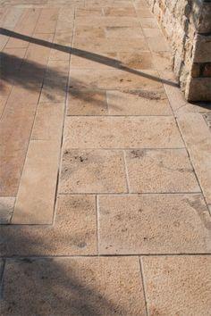 Τα πλακίδια φυσικών πετρωμάτων από πωρόλιθο, μάρμαρο, γρανίτη και πέτρα χρησιμοποιούνται για την επίστρωση εσωτερικών και εξωτερικών δαπέδων κάθε κατοικίας