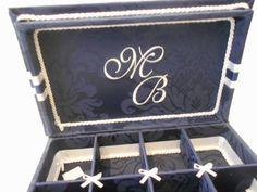 Caixa Kit toalete com bordado na tampa interna para festas de casamento ou aniversário.  Consulte preço de embalagens personalizadas para o Kit.  Temos outros tecidos e fitas.  Tamanho 33cm x 25cm x 6cm