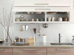 METOD kök med BROKHULT ljusgrå valnötsmönstrade lådfronter, RINGHULT högglans vita luckor.