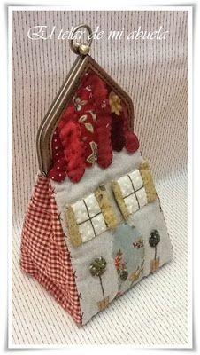 El telar de mi abuela ♥: MONEDERO CASITA CON BOQUILLA Fabric Purses, Fabric Bags, Sewing Crafts, Sewing Projects, Japanese Patchwork, Fabric Flower Brooch, Wool Applique Patterns, Frame Purse, Art Bag