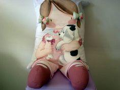 Almofada pintada a mão, com apliques de tecido. Tenho uma de cada modelo de pronta entrega. R$ 165,00