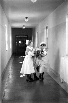 Paciente del Hospital Pilgrim State en medio de una crisis, foto de Alfred Eisenstaedt #locura