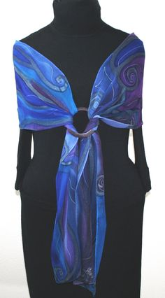 Love the brooch Handpainted Silk Scarf. Blue & Purple by SilkScarvesColoradoI like the way this scarf if tied, very useful! Blue & Purple by SilkScarvesColoradoUse a simple or ornate bracelet to hold scarf For this lookTurn a silk scarf into a pro-pa Ways To Wear A Scarf, How To Wear Scarves, Look Fashion, Diy Fashion, Womens Fashion, 1950s Fashion, Vintage Fashion, Scarf Knots, Purple Hands