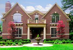 Симметричный кирпичный дом в английском стиле с щипцами