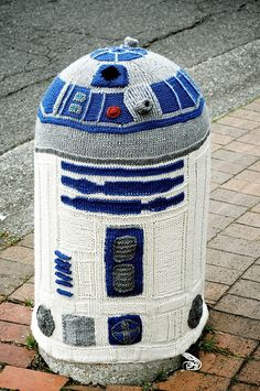 The MOST AWESOME yarn bombing ever!! Yarnbombing in Bellingham: Knitted R2D2 - Skneposterous (knit by Sarah Rudder)