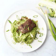 Een lekker luxueus gerecht dat toch licht verteerbaar is? Wat denk je van deze zalig malse lapjes gemarineerde biefstuk met een originele, smaakvolle broccolipuree erbij? Koolhydraatarm, maar barst van de (Aziatische) smaken! #broccolipuree #lowcarb #biefstuk #lekkermals Cooking Recipes, Healthy Recipes, Healthy Food, Steaks, Foodies, Pasta, Lunch, Meat, Dinner