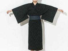 N O U V E A U T É 🤩 Japean vous a sélectionné un incontournable de la mode Japonaise et Coréenne, et c'est pour vous messieurs !  Ce magnifique Kimono traditionnel Japonais 👘 Sa large ceinture et ses manches longues font de ce kimono une pièce unique et indispensable à avoir dans votre garde-robe ! Profitez d'un large choix de coloris et de la livraison offerte !! Moda Kimono, Traditional Japanese Kimono, Island Outfit, Oversized Coat, Yukata, Kimono Fashion, Traditional Outfits, Bell Sleeve Top, Womens Fashion