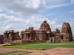 UNESCO World Heritage Sites worth Exploring in South India - India Tourism Guide & Travel News Indian Temple Architecture, Sacred Architecture, Japanese Architecture, Amazing Architecture, Places Around The World, Travel Around The World, Around The Worlds, Art Indien, South India Tour