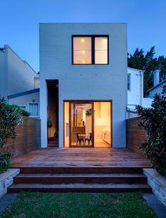 Brisbane Street House est une maison conçue pour une famille. Elle a été repensée afin de refléter le désir d'une habitation solide, belle et adaptée à la famille.  Le foyer original était une petite maison avec 2 chambres et une terrasse, l'optimisation de la perception de l'espace était un élément important. Cela comprenait la modification des proportions de chaque pièce et la mise en œuvre d'une sélection de types de fenêtres et de portes...
