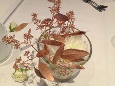 witte rozen met koperen blaadjes