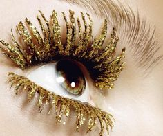 Quite the golden eyelashes! [Golden glitter mascara by Kenneth Willard for Tush magazine] Bling Bling, Glitter Mascara, Colored Mascara, Glitter Lips, Glitter Dress, Pink Glitter, Tush Magazine, Glitter Make Up, New Years Eve Makeup