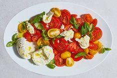 Nodig: een kom, olijfolie en knoflook. Dan heb je in no time de beste tomatensalade ooit. - recept - Allerhande