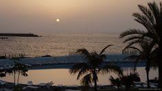 Paraíso (Pto.de la Cruz). Casi en el ocaso, pero aún con fuerza se despedía el sol en el horizonte de El Puerto de la Cruz en Tenerife. El mar en calma y el Lago Martiánez lo mismo, las palmeras a contraluz del sol decadente, bonita estampa. Ver más... http://www.fotografiart.eu/paraiso-puerto-de-la-cruz-tenerife/
