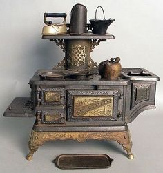 Cast iron Royal Esther toy stove by the Mt. Penn Stove Works Z Antique Wood Stove, How To Antique Wood, Antique Kitchen Stoves, Old Kitchen, Vintage Kitchen, Kitchen Ideas, Alter Herd, Wood Stove Cooking, Cooking Pork