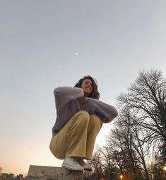 My inner moonlight ✨ Insta -You can find Moonlight and more on our website.My inner moonlight ✨ Insta - Fotografia Retro, Photo Pour Instagram, Shotting Photo, Photographie Portrait Inspiration, Poses Photo, Look Retro, Trend Fashion, Fashion Beauty, Women's Fashion