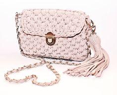 Твоя идеальная #crossbodybag должна выглядеть именно так👌❤: ✔Стильная ✔ Удобная ✔Пудровая😉 ✔ Качественная ✔Уникальная ...когда все пункты выполнены, это любовь😍😍😍 _____________ #summerbags #stylebags #fashion #madeinkiev #crochetbags #tshirtyarn #рукоделие #сумкиручнойработы #подаркиручнойработы #авторскаясумка #сумканазаказукраина #украинскиедизайнеры #учувязатькрючком