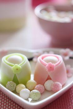 Japanese traditional sweet, wagashi. 和菓子 #wagashi #和菓子 #japan #日本 Japanese Sweets, Japanese Wagashi, Japanese Cake, Japanese Food, Eclairs, Kawaii Cooking, Japon Tokyo, Rainbow Food, Beautiful Desserts