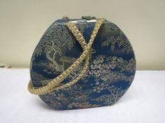 Kaunis, pieni ja vanha laukku, ehjä, hiukan reunoissa ja kulmissa voi näkyä kulumaa.  Sisältä ehjä ja siistikuntoinen. 14 x 12 cm. 20 euroa.