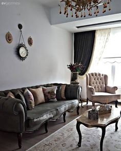 It is a house belonging to another time with its nostalgia and subtle spirit . Green Wall Decor, Classic Home Decor, Center Table, Luxury Living, Cheap Home Decor, Home Furnishings, Luxury Homes, Home Furniture, Living Room Decor